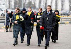 عکس: اهدای گل به پیکر جانباختگان هواپیمای بویینگ ۷۳۷